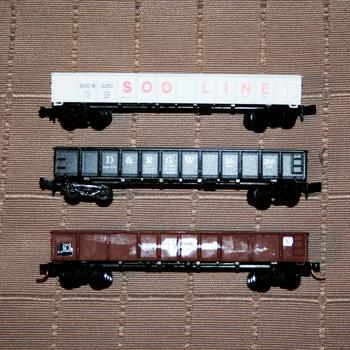 Comparison of Model Power gondola wagons, and an assembled Fybren Models ELX kit